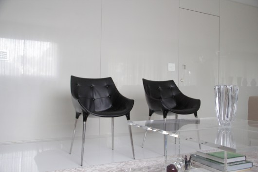 adriano-gronard-arquitetura-interiores-cadeira-philippe-starck-mesa-de-centro