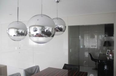 Os lustres Tom Dixon espelhados reforçam o brilho e a amplitude. Obra e foto: Adriano Gronard