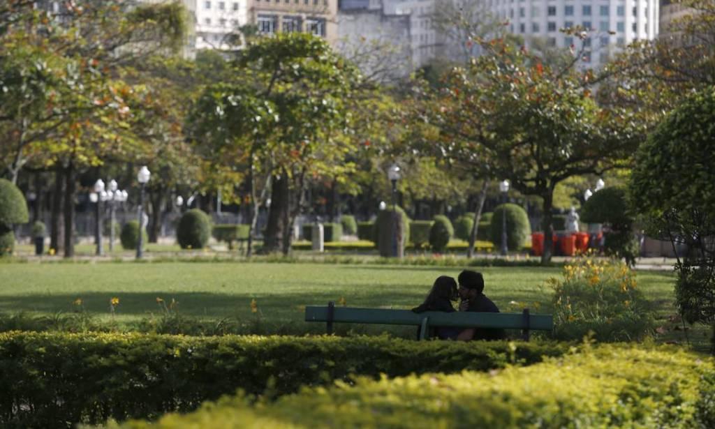 Amendoeiras no outono do Rio de Janeiro, na Praça Paris, bairro do Flamengo. Imagem: Custódio Coimbra (O Globo)