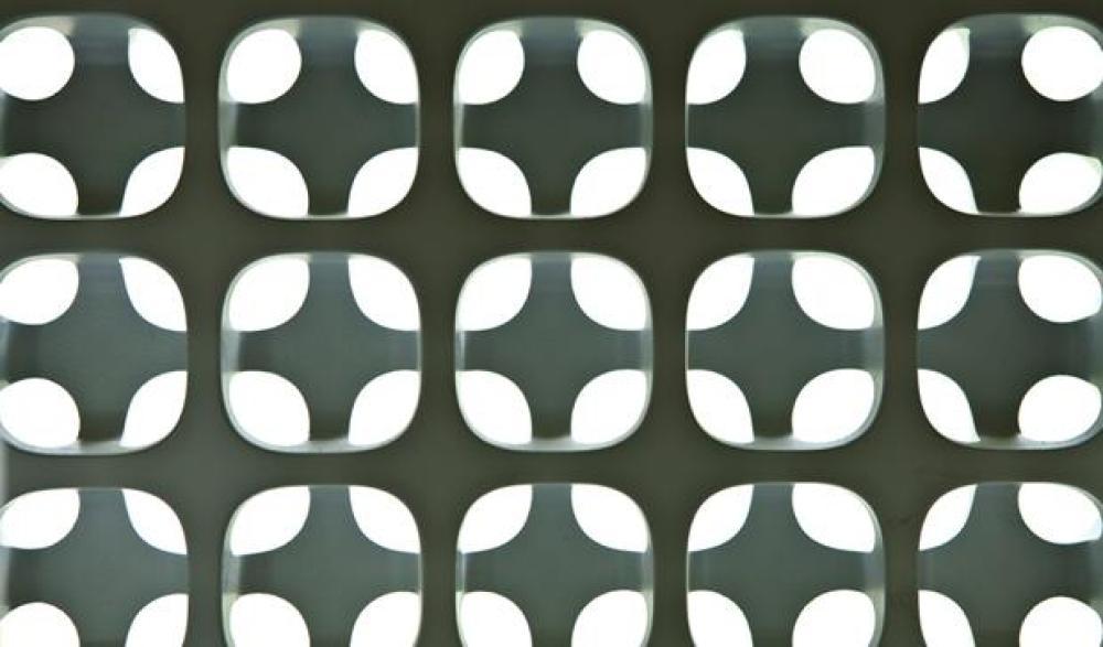 Cobogó criado pelo escultor Erwin Hauer. Veja mais em https://materiais.adrianogronard.com.br/cobogo-saiba-como-utilizar-esse-elemento-deixando-sua-casa-com-estilo-e-aconchego