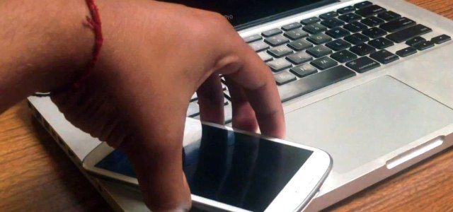 Folosești telefonul sau laptopul