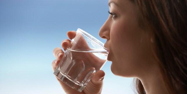 Un pahar cu apă caldă