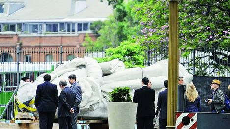 """El abogado que busca la restitución del monumento a Cristóbal Colón: """"Detrás de su traslado hubo un negocio turbio"""""""