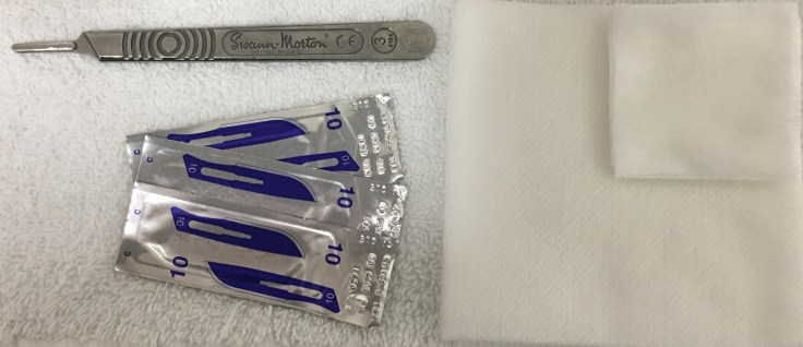 Blades, handle and cotton compresses for Dermaplaning.