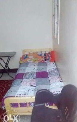 سرير في غرفة لبنت سكن طالبات في شارع النخلة