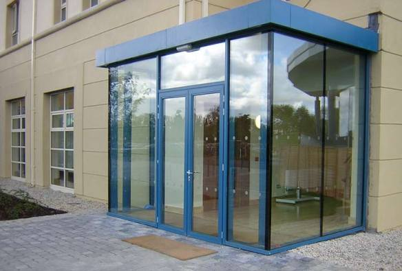Stepped glass to glass corner with perimeter edge detailing