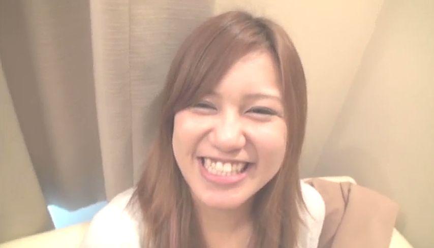 満面の笑みを浮かべる素人美少女