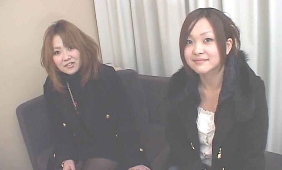 服装チェックとインタビューのためにホテルの部屋へ移動してきた女子2人