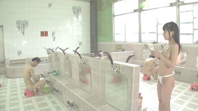 """サービスを求める浴場客を立って待つ""""あべみかこ"""""""