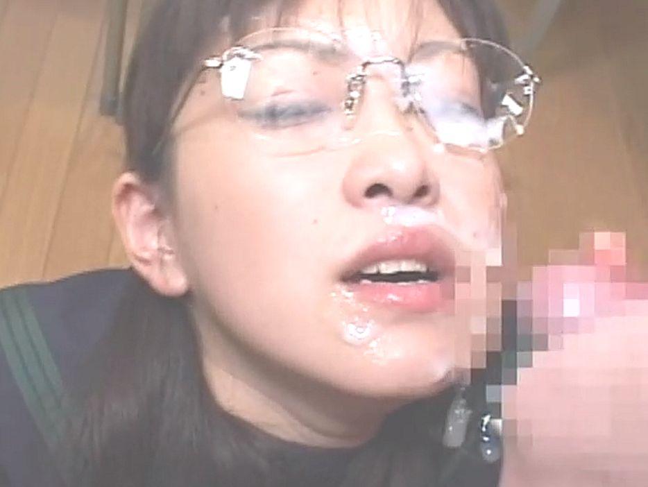 メガネをかけてのコスプレブッかけでは濃いザーメンをタップリと顔射され嬉しそう