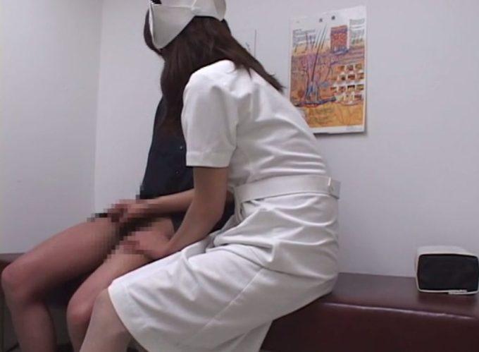 なかなか興奮せず上手くいかない、という男性患者に手コキ補助を施し始めるシーン