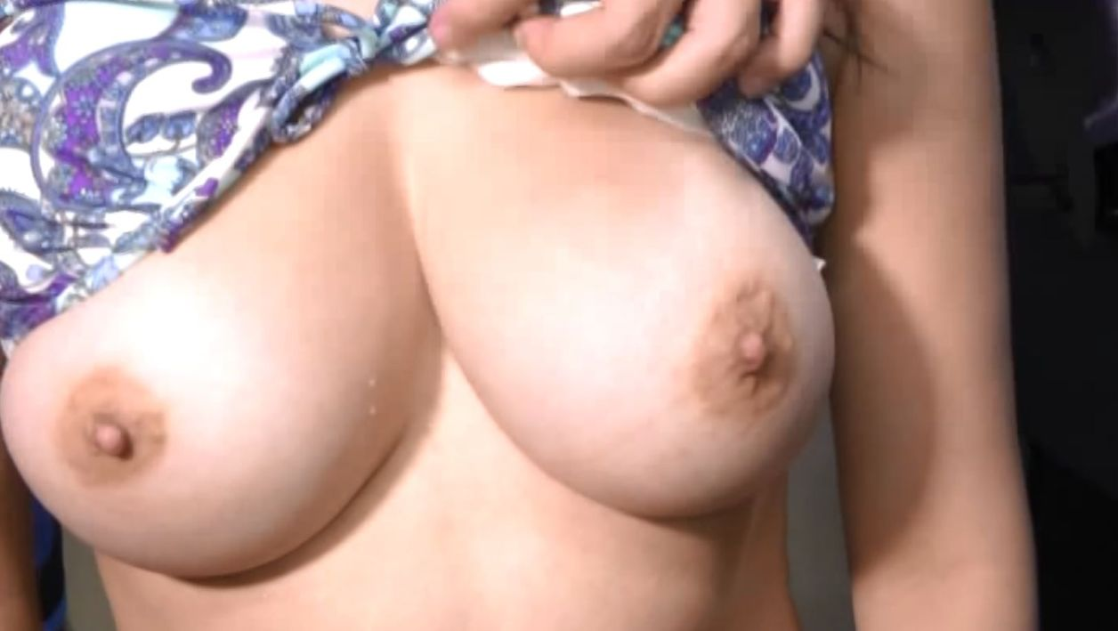 母親ゆずりのFカップ爆乳をカメラで撮影される美女
