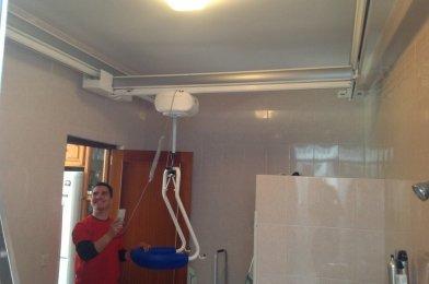 «Grúa de techo en H para transferencias en baño en San Fernando (Cádiz)»