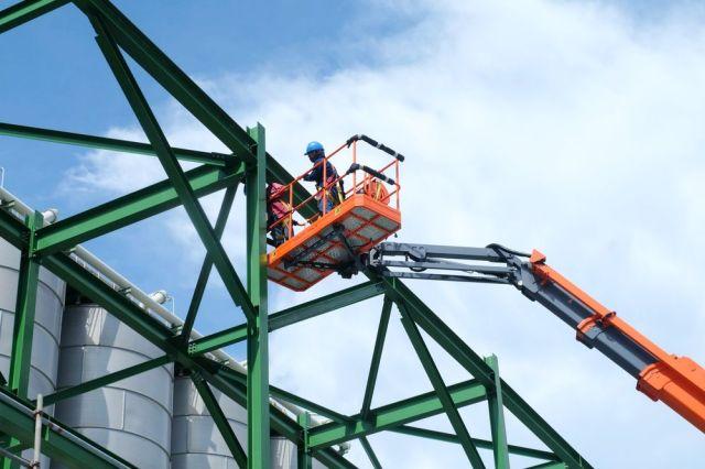 ascensor trabajando en alturas construcción