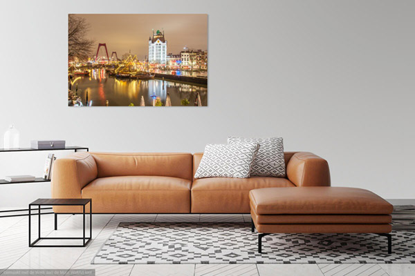 Landschapsfoto van de Oude Haven in Rotterdam 's-nachts gefotografeerd vanaf de Kubuswoningen. De boten en schepen zijn feestelijk verlicht met frisse kleuren. Je ziet ook de Willemsbrug, Scheepshelling De Koningspoort en Het Witte Huis.