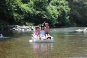 ペットボトルの筏で川下りしている写真