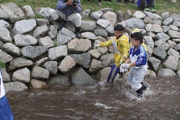 鮭を追いかける写真