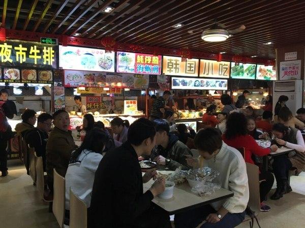 星光美食街のテーブル写真