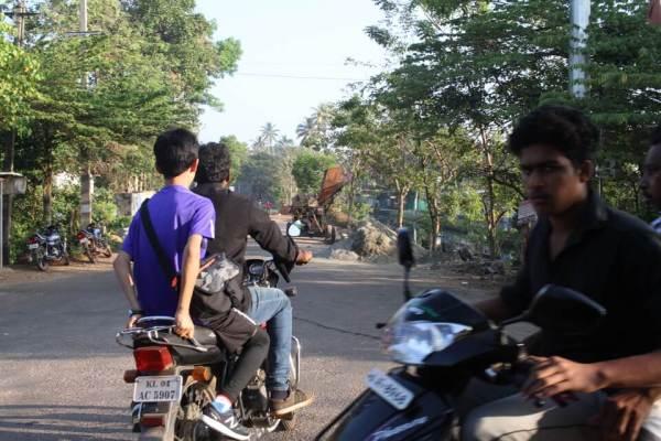 バイクで出発する写真