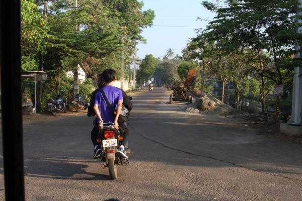バイクで走り去る写真