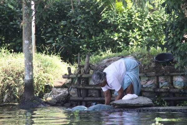 川で洗濯をする女性の写真