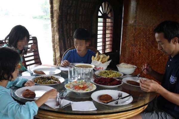 ハウスボートでの食事風景写真