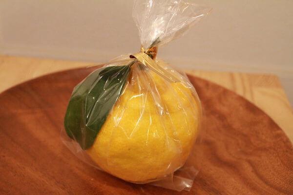 ラッピングされた三宝柑の写真
