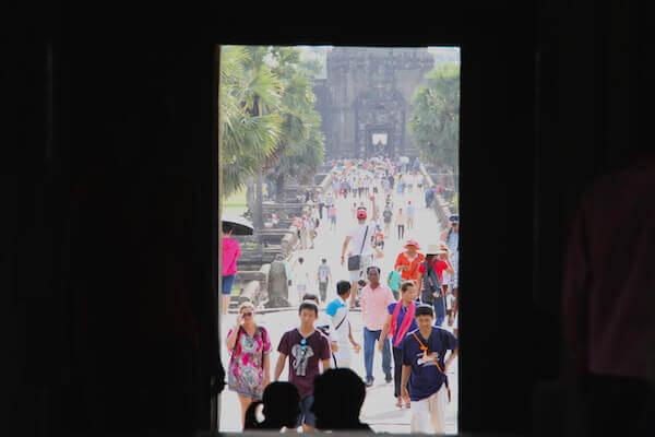 アンコールの遺跡を見る観光客の写真