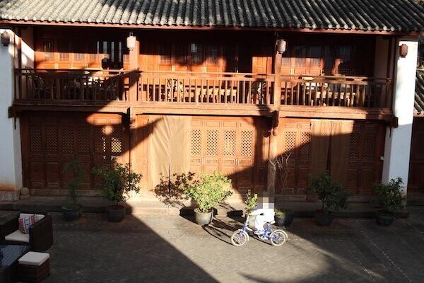 中庭で自転車に乗る写真