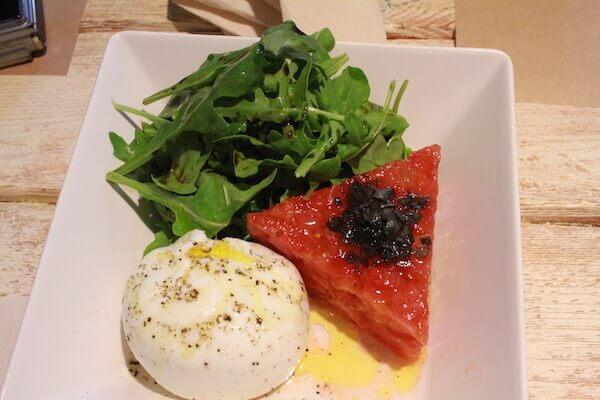 トマトとチーズの美食の写真
