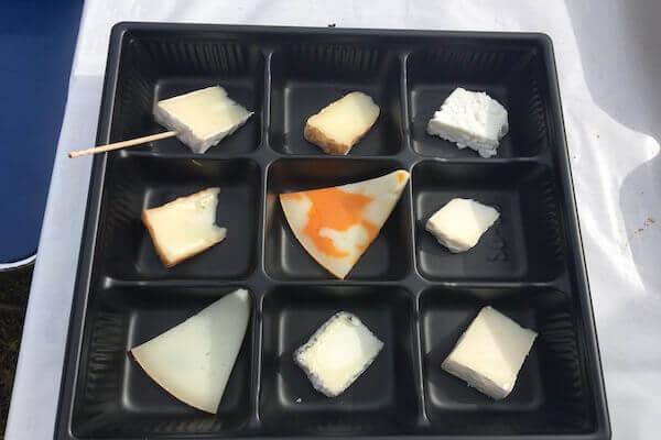 屋台で販売されているチーズの写真
