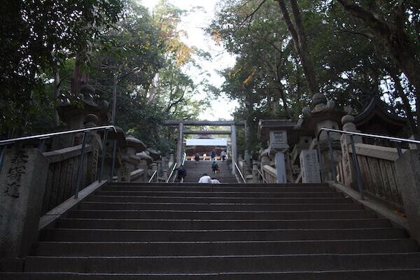 御本宮の前にある階段の写真