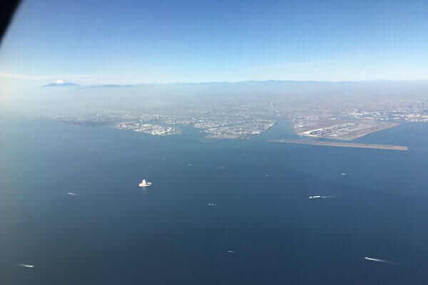 飛行機から富士山を眺める写真