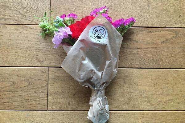 箱から取り出したお花の写真'