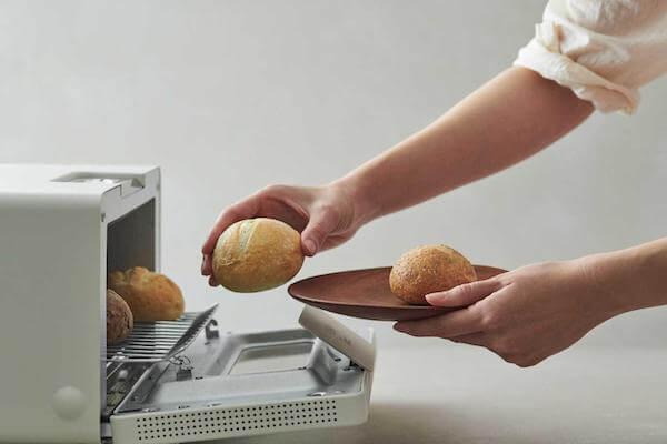 パンをトースターに入れる写真