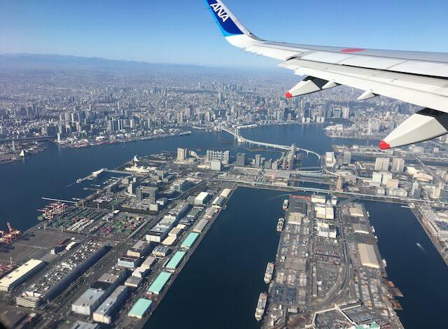 飛行機から東京湾を眺める写真