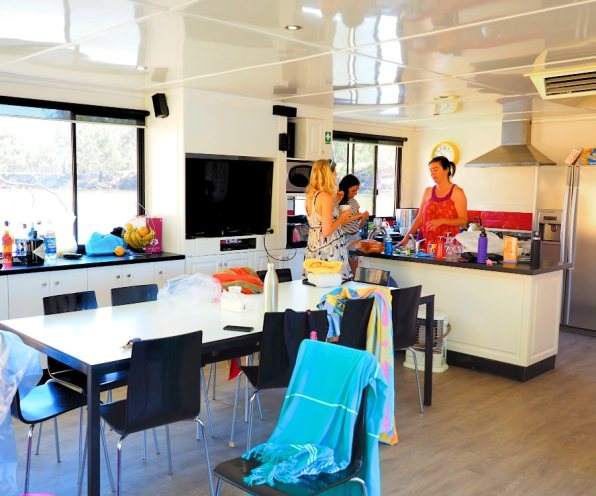 Houseboat_Kitchen_Murray_River
