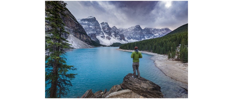 Moraine Lake tourist
