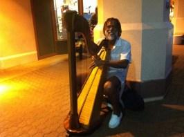 Harfist in der Mall