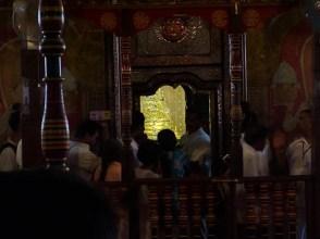 Onder deze schrijn zit volgens de bewaarders een tand van Buddha himself. Anyone fanct a DNA test?