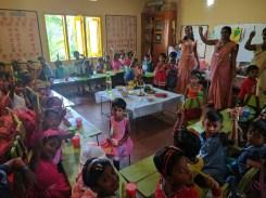 Pennen gaan uitdelen op het nieuwjaarsfeestje van de kleuterschool (Sri Lankees nieuwjaar valt op 13-14 april)