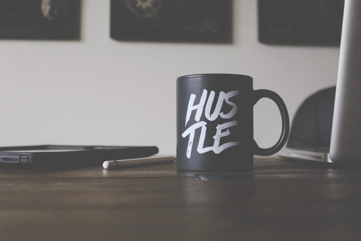 black mug with the word HUSTLE