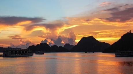 itinerary_mobi_Vietnam-Halong-Bay-Sunset-Silhouette-Islands-Nam-Phong-2014-72648-Lg-RGB