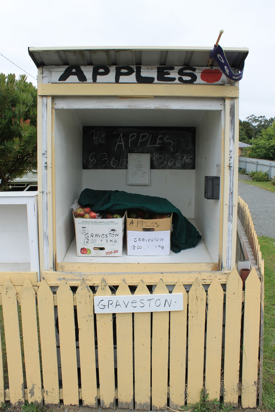 Unmanned roadside stalls around Tasmania's Huon Valley rely on honesty of buyers and offer freshly harvested food for sale