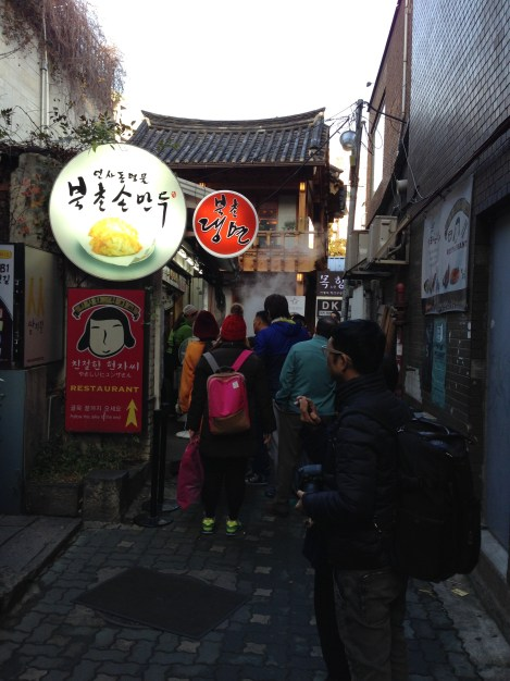 Line to get into Bukchon Son Mandu.