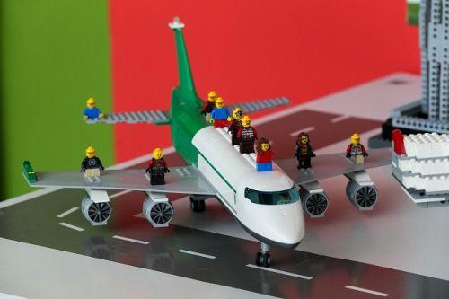 SUPERCONSTRUCTORII – Expoziţie interactivă cu produse LEGO® în premieră în România