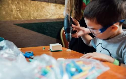 Copiii invata sa-si construiasca propria jucarie la Veranda Mall