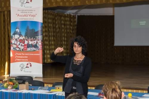 Parinții copiilor cu implant cohlear învață despre terapia logopedică