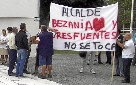 Los vecinos realizaron su protesta ante el ayuntamiento de Santa Cruz de Bezana