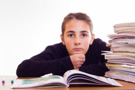 fille en primaire seule pour faire ses devoirs
